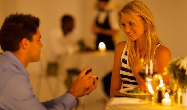 El hombre pasa 365 días planeando una épica oferta de la boda!